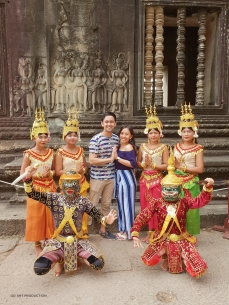 Photo op with Apsara dances in their beautiful traditional Khmer costumes